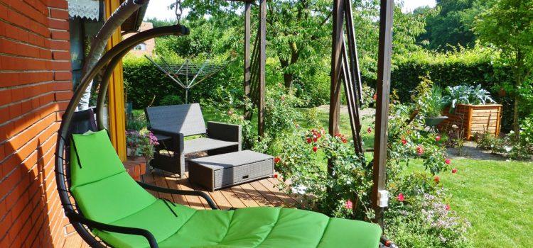 Parasol, store banne, pergola : lequel choisir pour aménager un espace dans son jardin?